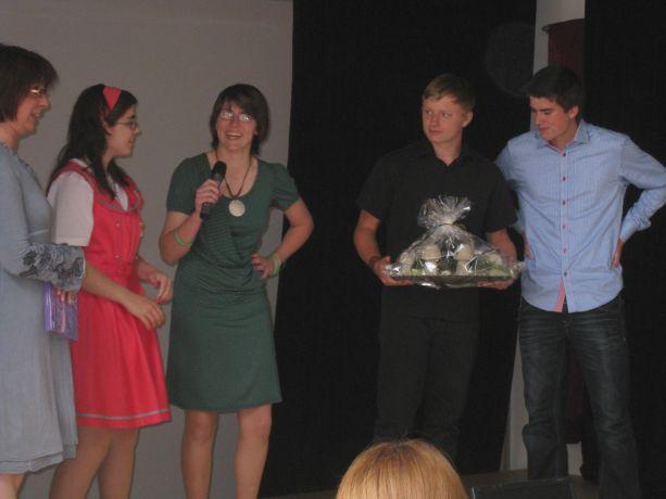 Die Schülerinnen und Schüler bedanken sich bei ihrer Klassenlehrerin mit einem Geschenk.