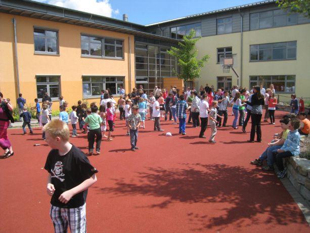 Höhepunkt ist ein gemeinsamer Tanz auf dem Schulhof.