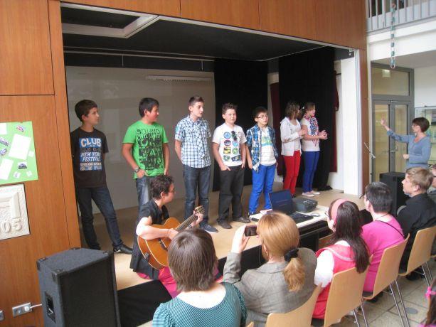 """Klasse 6 singt den Abschlusskandidaten das Lied """"Dieser Weg""""."""