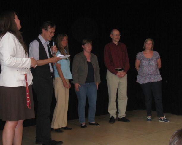 Der Schulleiter stellt auch die neu hinzugekommenen Lehrerinnen und Lehrer vor.