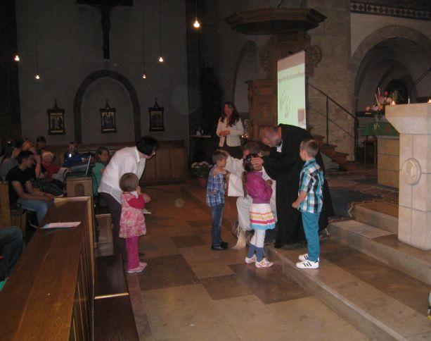 Die neuen Schulkinder werden von den beiden Priestern gesegnet.
