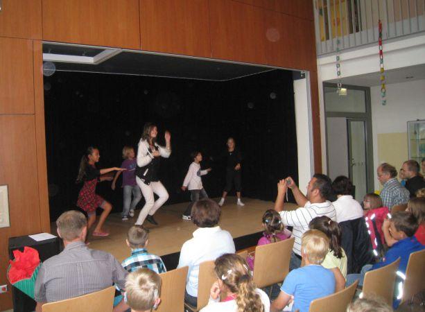 Die Tanz-AG zeigt begeistert das Publikum mit einem flotten Tanz.