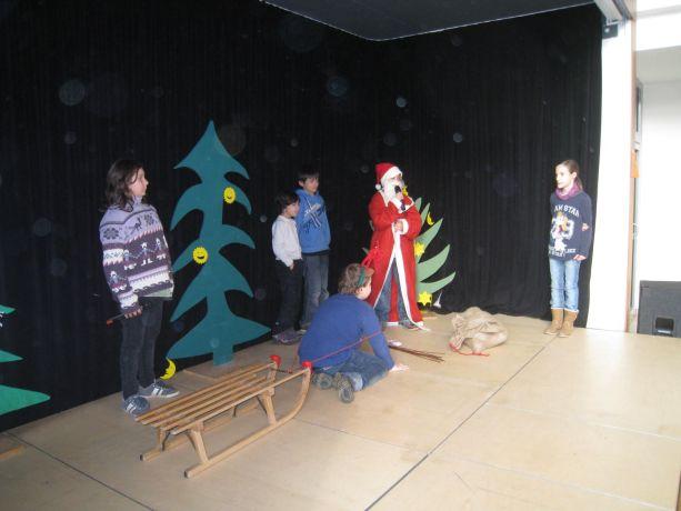 """Klasse 4 zeigt das Stück """"Du bist der Weihnachtsmann"""" – einschließlich Rentier."""