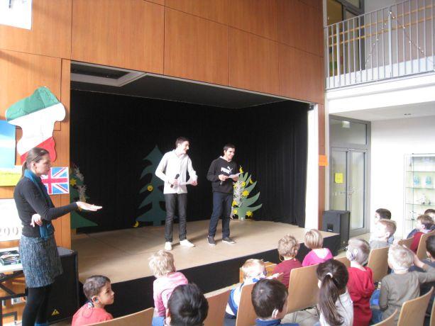 Schülersprecher führen sehr sicher und kompetent durch das Programm.