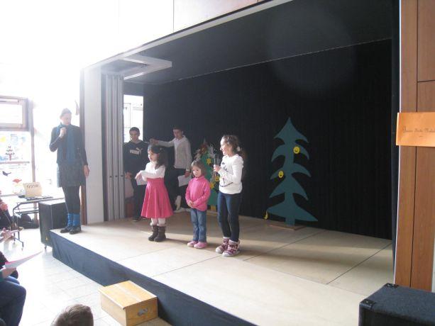 Kinder aus den Klassen E-2 überraschen mit gut vorgetragenen Gedichten.