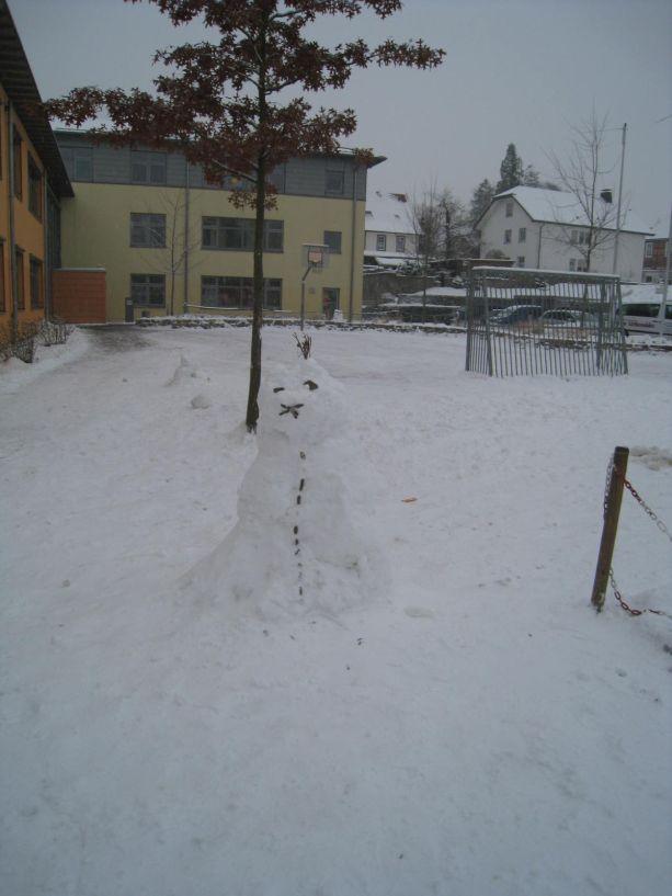 Dieser Schneemann scheint zu frieren.
