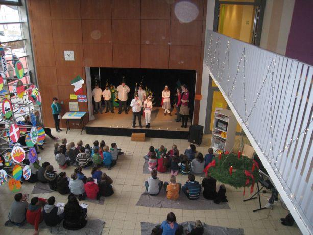 Blick von oben auf Aula und Bühne.