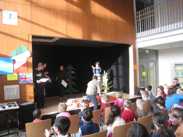 """Der Sketch """"Aufstehn!"""" begeistert das Publikum."""