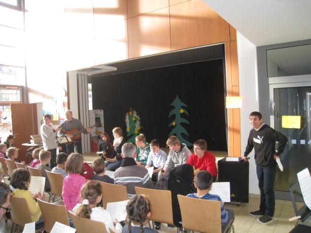 """Schüler der Klassen 8-10 tragen das Lied """"Merry Christmas"""" vor."""