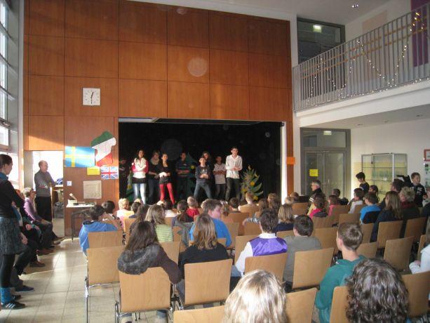Schüler tanzen den Gangnam Style.