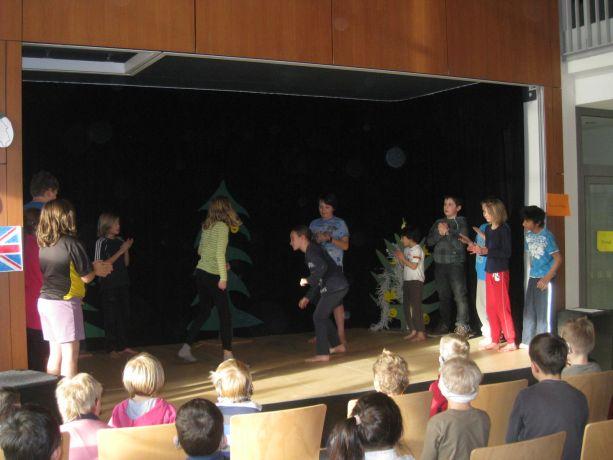 """Schüler der Klassen 4 und 5 zeigen Künste aus dem Kampf-Tanz-Sport """"Capoeira""""."""