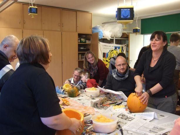 Die Klassen E/1/2 bearbeiten gemeinsam mit Eltern Kürbisse.