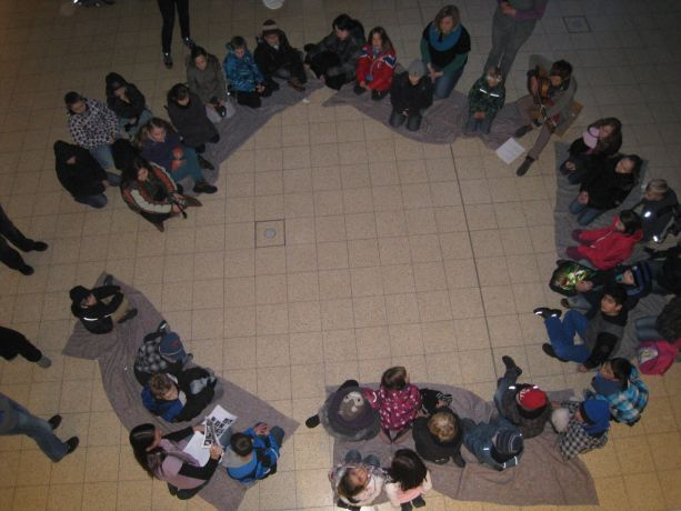 Schüler der Primarstufe werden in der Aula auf das Projektthema eingestimmt.