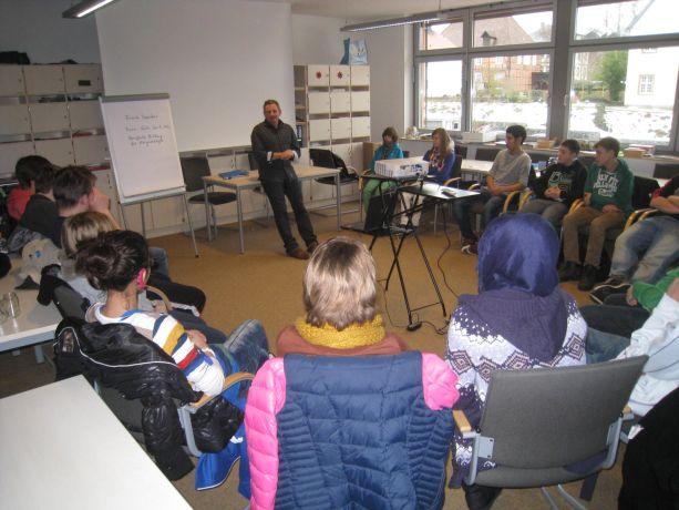Herr Carstens von der Firma SALO in Köln hat viel Erfahrung mit Projektarbeit bei Hörgeschädigten.