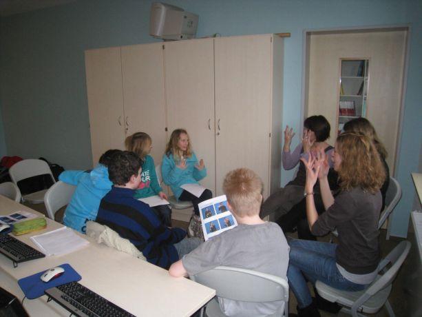 Gemeinschaftlich lernt man auch die Kommunikation mit Gebärden am besten.
