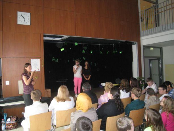 Meike und Mihone moderieren die Veranstaltung.