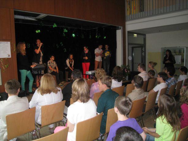 Die Schülerband der Klasse 7 trägt ein Lied vor.