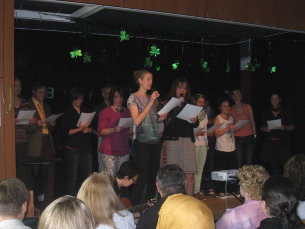 Der Lehrerchor singt den Abschlussschülern ein Abschiedslied.