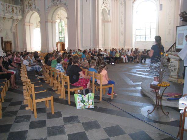 In der Kirche werden die neuen Schulkinder von der Schulgemeinde begrüßt.