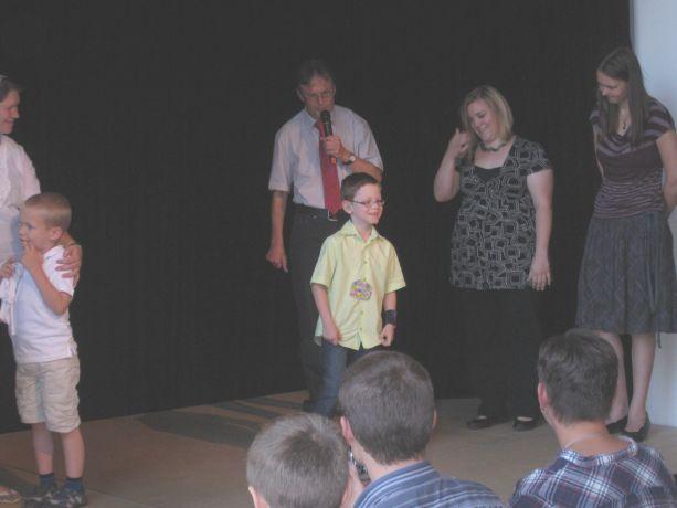 Die neuen Schüler kommen auf die Bühne und lernen ihre Lehrerin kennen.