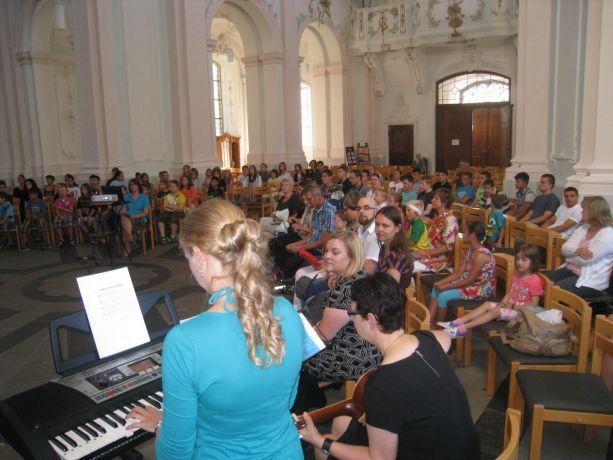 Die zahlreichen Lieder der Feier werden von Lehrerinnen instrumental begleitet.