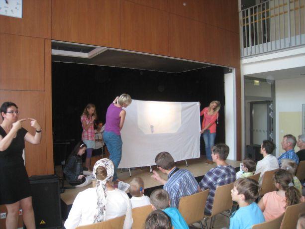 Eine andere Schülergruppe zeigt ein Schattentheater.