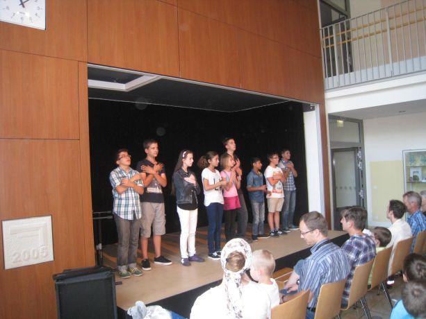 """Diese Schüler interpretieren gekonnt das Lied """"Wunder gescheh'n ...""""."""