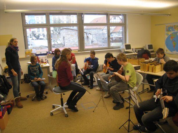 Die Orchestermitglieder stimmen ihre Instrumente.