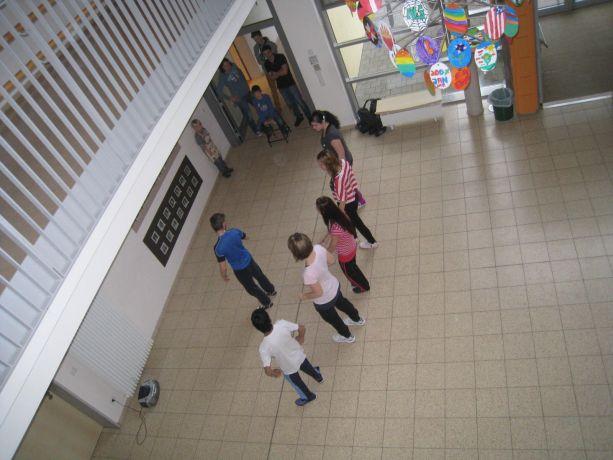 Die Tanzgruppen üben in der Aula ...