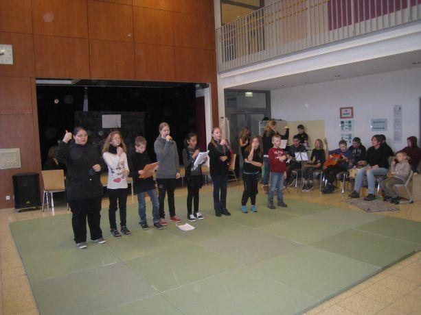 """Die Gesangsgruppe hat ihren ersten Auftritt – """"Wir und sie"""""""
