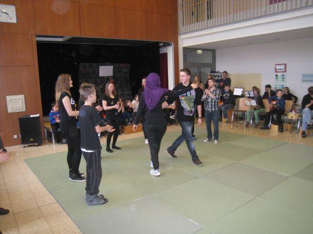 Der gemeinsame Tanz besiegelt den Frieden der rivalisierenden Gruppen.