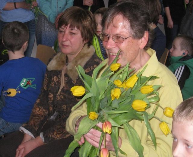 Herr Köjer mit vielen Blumen in der Hand