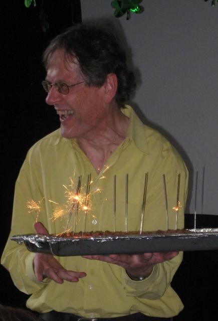 Herr Köjer mit Kuchen und Wunderkerzen.