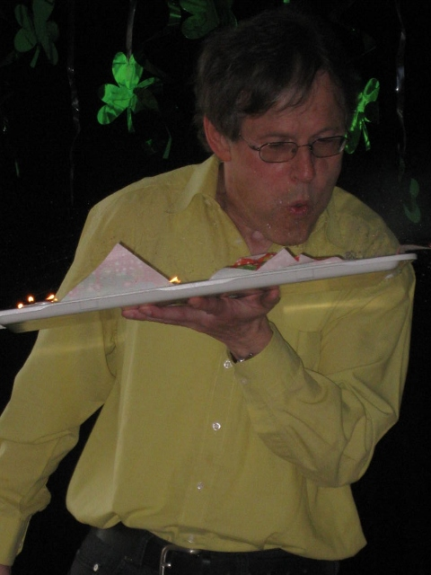 Herr Köjer bläst die Kerzen aus.