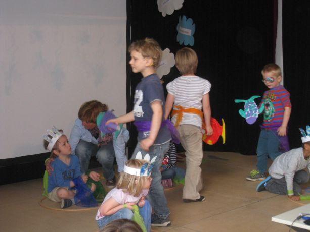 Kinder aus dem Kindergarten erfreuen mit einem Fische-Tanz