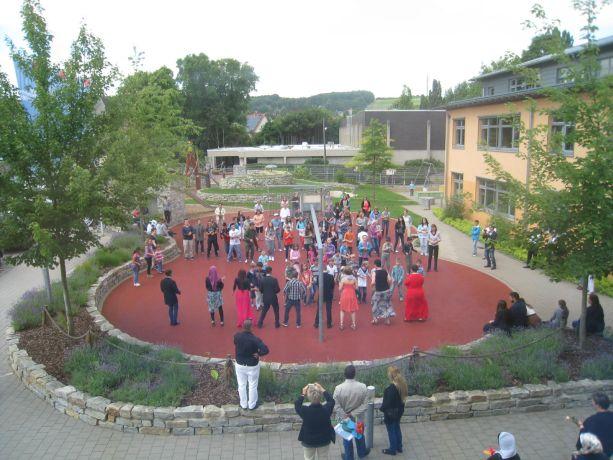 """Den Abschluss bildete – fast schon traditionell – ein gemeinsamer Tanz auf dem Schulhof – dieses Mal zum Hit """"Happy."""