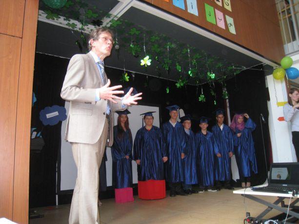 Vor der Zeugnisübergabe überraschen die Schüler den Schulleiter mit ihrer Verkleidung.