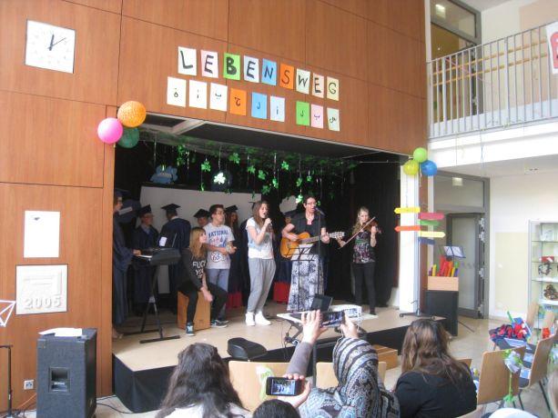 """Die Moritz-Band mit Schülern der Klassen 7 und 8 trägt das Lied """"Hall Of Fame"""" vor."""