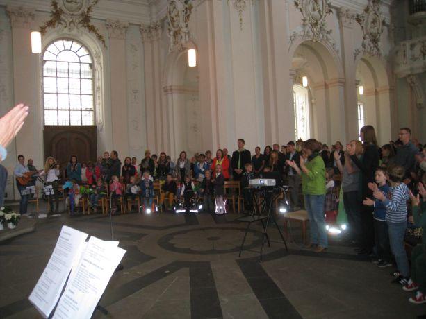 Die ganze Schulgemeinde singt die ausgesuchten Lieder mit.