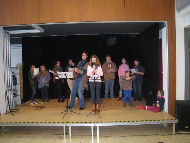 Melissa singt ein Lied über die Liebe.