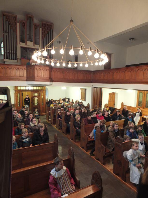 Alle versammeln sich zunächst in der evangelischen Kirche.