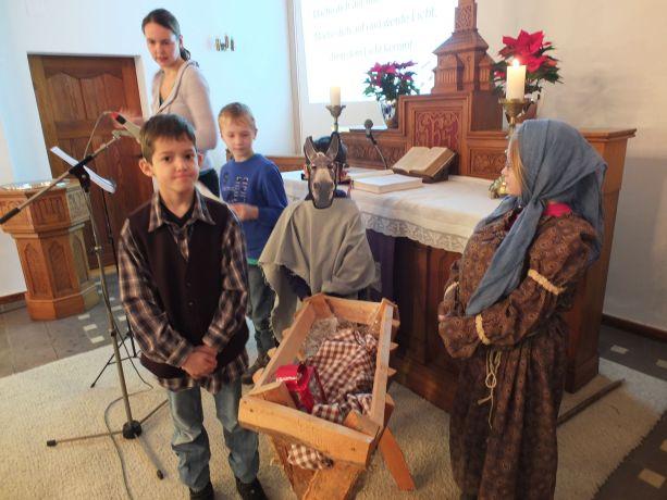 Kinder der Eingangsklassen spielen die komplette Weihnachtsgeschichte nach.