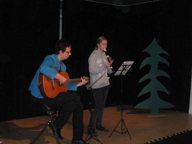 Maureen beweist Talent auf der Flöte.