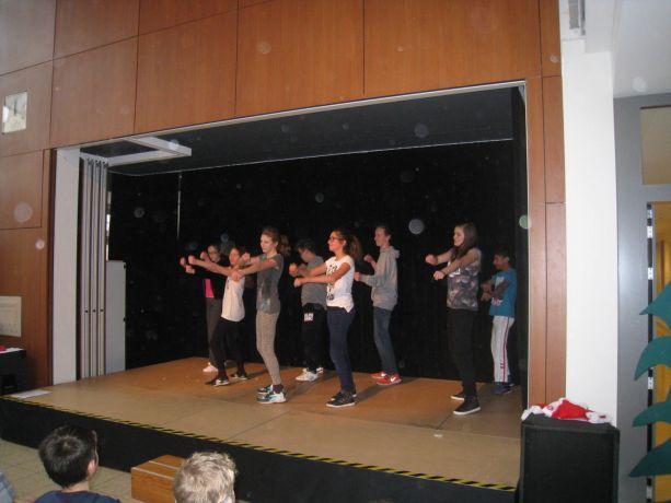 """Die Wahlpflicht-Gruppe """"Tanz"""" begeistert mit einem Streetdance."""