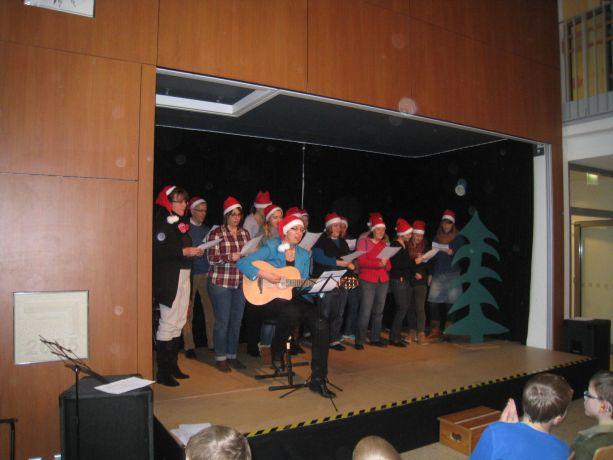 """Der Lehrerchor präsentiert das Lied """"Santa Claus is coming to town"""""""