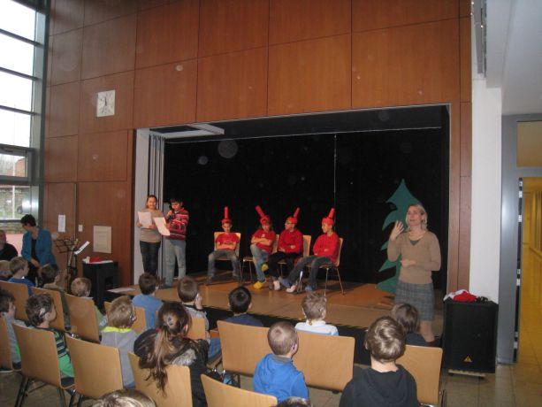 Klasse 4 zeigt ein kleines Theaterstück mit 4 streitenden Kerzen.