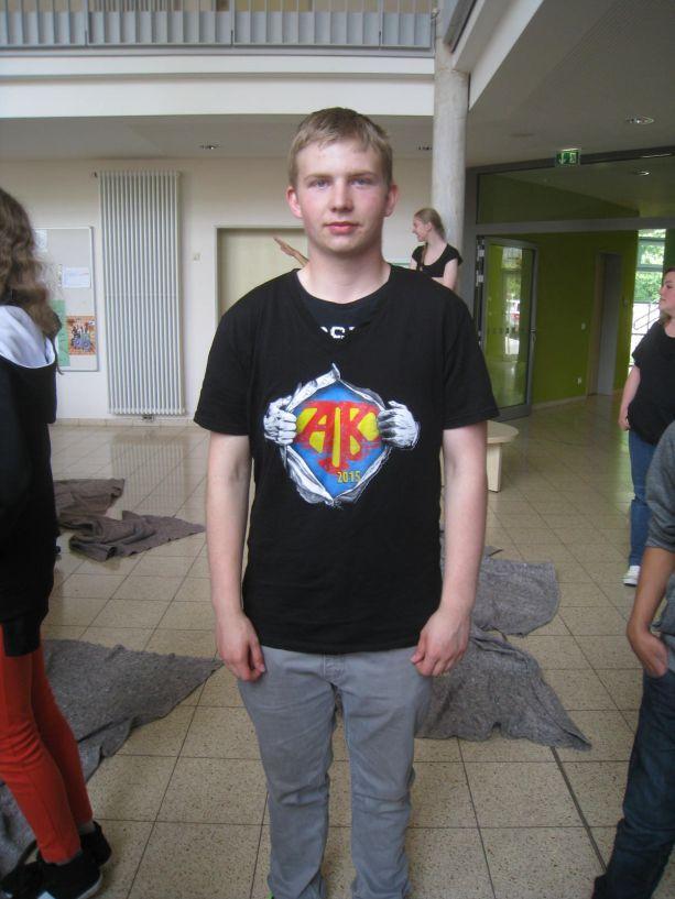 Ein bedrucktes T-Shirt zeigt allen deutlich, wer zur Abschlussklasse gehört.