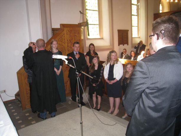 Der Pfarrer verteilt den Segen.