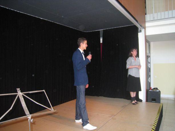Steven erweist sich als fähiger Moderator, der souverän durch das Programm führt.