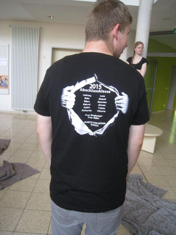 Hinten ist das T-Shirt mit den Namen aller Abschlussschüler bedruckt.